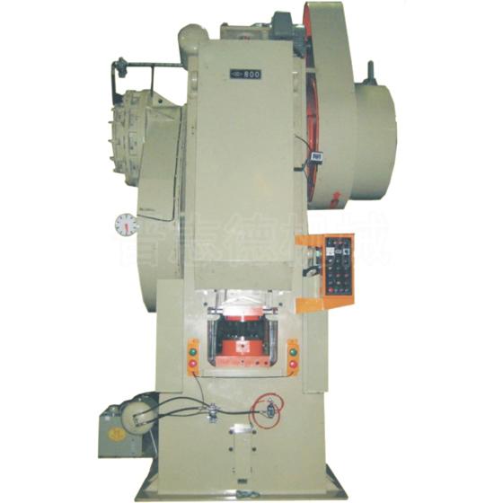机型范围:HC-300~1200 TONS 适用范围:HC(立式冷、温锻肘节精密冲床)--广泛应用于浮花压制、压印、锻头、锻模、铅模、铅管、牙膏管、化妆品管、铝软管、扬声器底座以及各种精密汽车、机车、脚踏车零件冷、温锻加工。加工。 HC系列立式肘节精密冲床特点: 优点:   肘节冲床机构,在作业时,曲轴不直接承受负荷,压力特大,使用寿命长,在下死点产生最大压力,而且能保持较长时间之高峰压力,可加装送料器。最适合于大量生产,生产速度快,自动送料效率高。 特点:   机身铸钢组成,该机采用空压刹车及离合器,台
